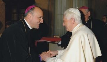 """""""Papa Benedict al XVI-lea îi poartă pe toţi românii în rugăciune"""""""